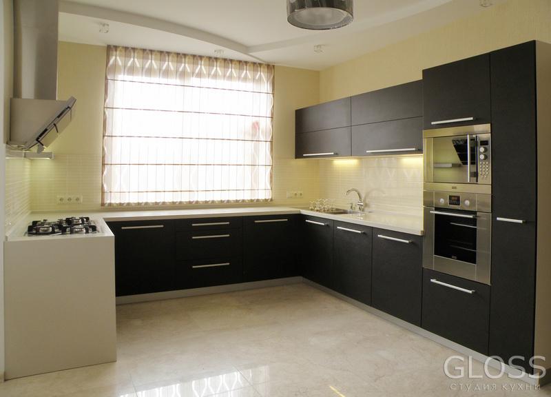Кухня-П-образная-фасады-МДФ-покрытые-пленкой-ПВХ-столешница-из-искусственного-камня-1