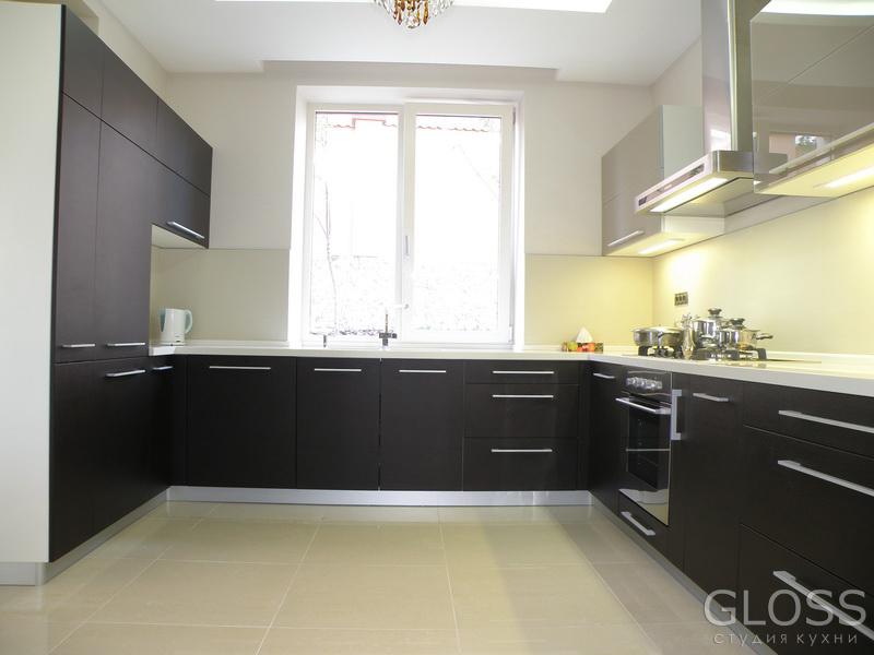 Кухня-П-образная-фасады-комбинированные-МДФ-покрытое-пленкой-ПВХ-и-крашенное-стекло-столешница-из-искусственного-камня-3