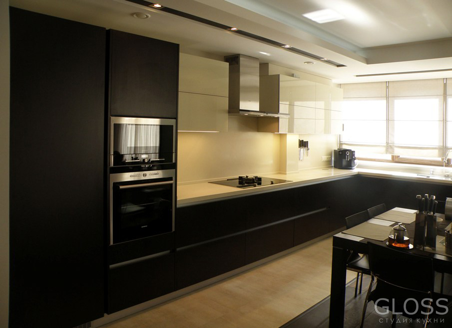 Кухня-П-образная-фасады-комбинированные-МДФ-покрытое-пленкой-ПВХ-и-крашенное-стекло-столешница-из-искусственного-камня-7