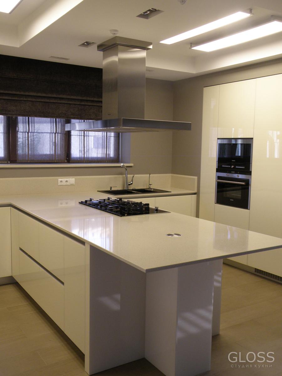 Кухня-П-образная-фасады-крашенное-МДФ-столешница-из-искусственного-камня-10