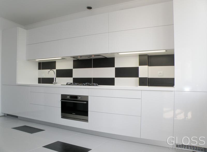 Кухня-прямая-фасады-крашенное-МДФ-столешница-из-искусственного-2