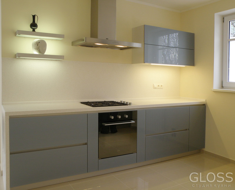 Кухня-прямая-фасады-стекло-крашенное--столешница-из-искусственного-камня-7