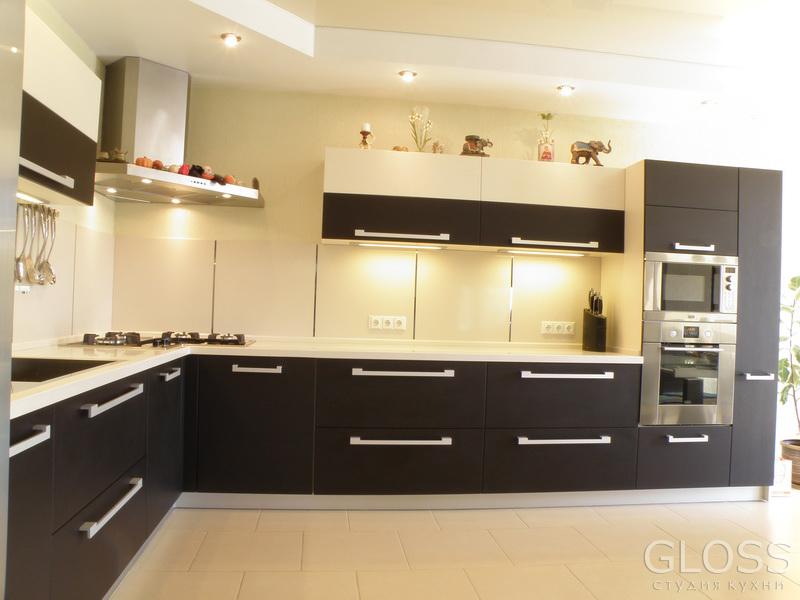 Кухня-углавая-фасады-МДФ-покрытые-пленкой-ПВХ-столешница-из-искусственного-камня-1