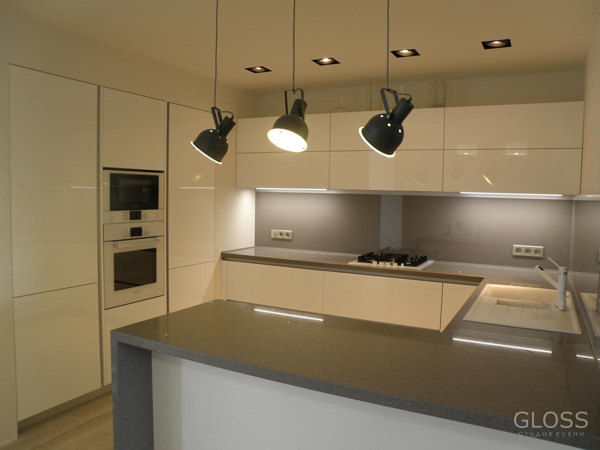Кухня-углавая-фасады-крашенное-МДФ-столешница-из-искусственного-камня-с-барной-стойкой-1