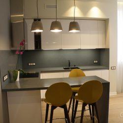 Кухня-угловая-фасады-крашеные-МДФ-столешница-из-искусственного-камня-с-барной-стойкой-1