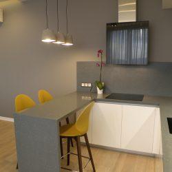 Кухня-угловая-фасады-крашеные-МДФ-столешница-из-искусственного-камня-с-барной-стойкой-2