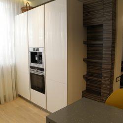 Кухня-угловая-фасады-крашеные-МДФ-столешница-из-искусственного-камня-с-барной-стойкой-4