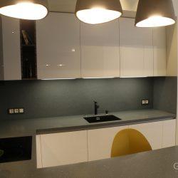 Кухня-угловая-фасады-крашеные-МДФ-столешница-из-искусственного-камня-с-барной-стойкой-5