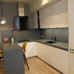 Кухня-угловая-фасады-крашеные-МДФ-столешница-из-искусственного-камня-с-барной-стойкой-6