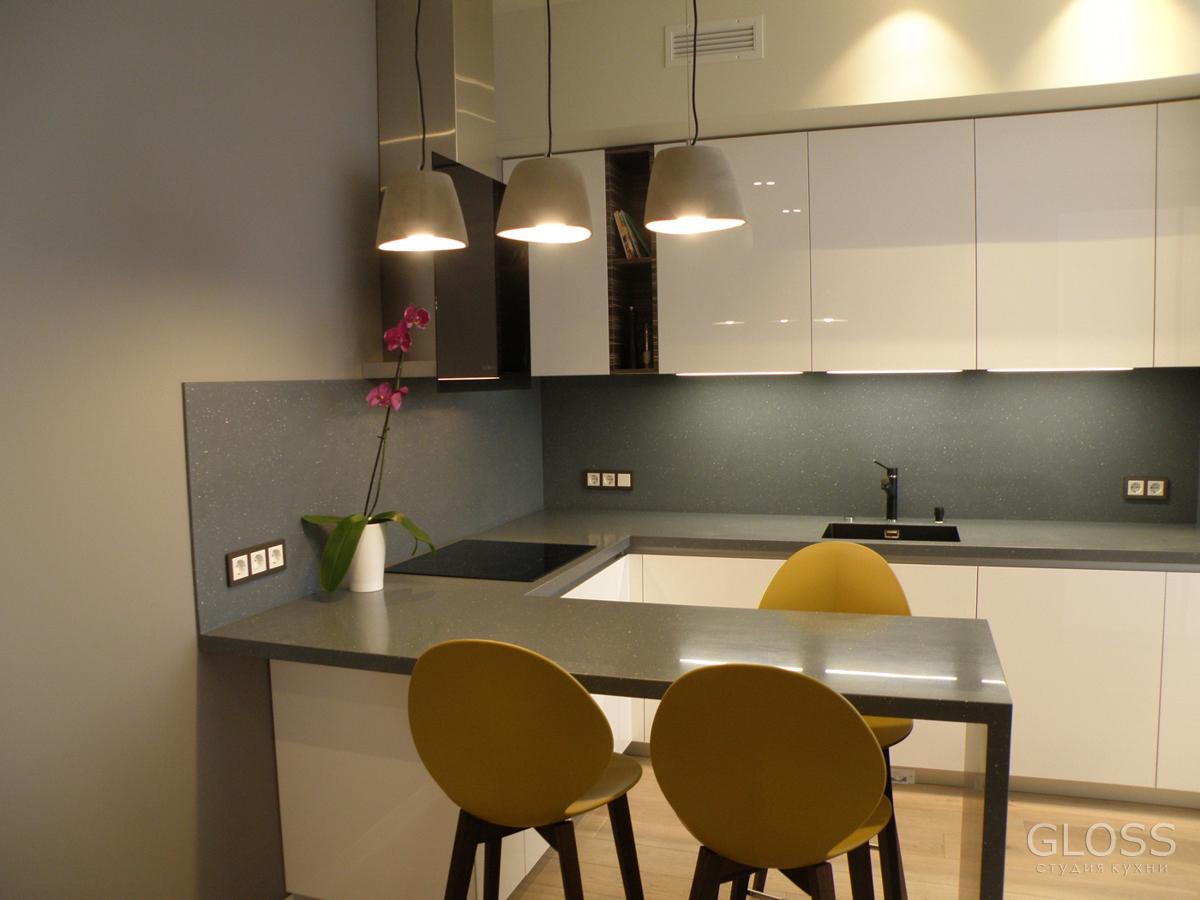 Кухня-угловая-фасады-крашеные-МДФ-столешница-из-искусственного-камня-с-барной-стойкой-7