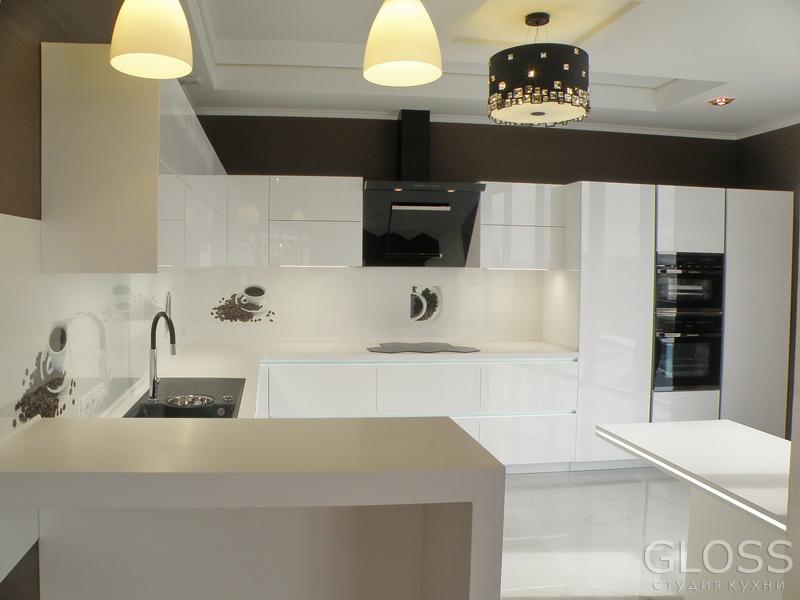 Кухня-углавая-фасады-крашенные-столешница-из-искусственного-камня-с-подсветкой-и-барной-стойкой-1